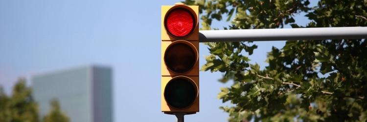 Wurden Sie bei Rot geblitzt, kann zusätzlich zum Bußgeld ein Fahrverbot drohen.