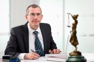 Ob ein fehlerhafter Bußgeldbescheid vorliegt, kann ein Anwalt für Verkehrsrecht prüfen.
