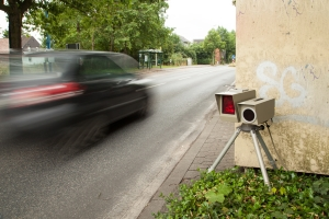 Von einer Geschwindigkeitsüberschreitung wird gesprochen, wenn die Höchstgeschwindigkeit missachtet wird.