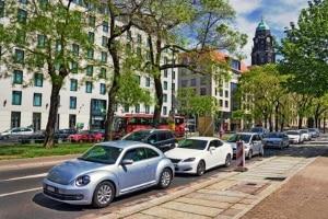 """Wie wird """"Halten"""" im Verkehrsrecht definiert?"""
