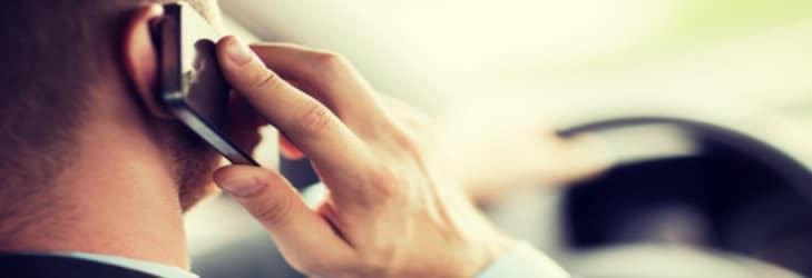 Die Nutzung vom Handy am Steuer kann Bußgelder und Punkte bedeuten.