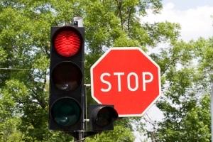 Rote Ampel überfahren: Es wird zwischen einfachem und qualifizierten Rotlichtverstoß unterschieden.
