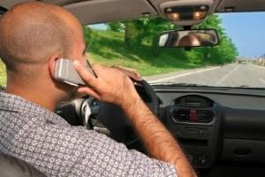 Das Telefonieren am Steuer bedeutet Punkte und Bußgelder - eventuell auch ein Fahrverbot.