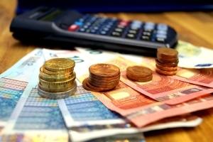 Vom Blitzer erwischt: Das Bußgeld, das der Rechner ermittelt, sowie die möglichen Nebenfolgen sind im Bußgeldkatalog festgelegt.