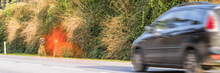 Blitzer dienen u. a. dazu, Geschwindigkeitsverstöße festzustellen und zu verfolgen.