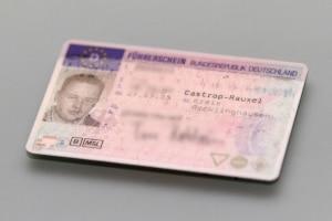 Wegen Fahrverbot den Führerschein abgeben: bei der Polizei oder der Bußgeldstelle?