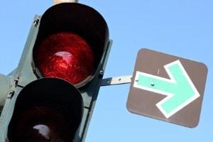 An der Ampel: Ein grüner (Blech-)Pfeil fungiert für Rechtsabbieger als Stoppschild.