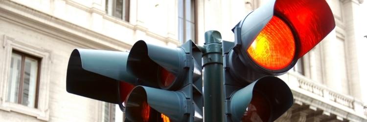 Ein Ampelblitzer erfasst Rotlichtverstöße.