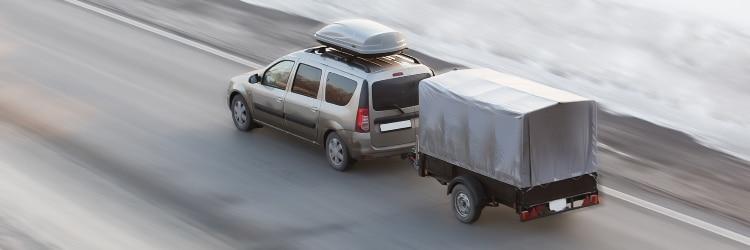 Um mit einem Anhänger fahren zu dürfen, sind einige Vorschriften zu beachten.