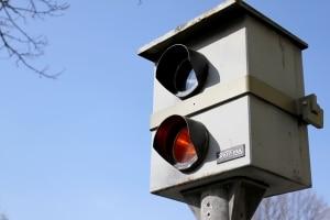 Rote Ampel: Geblitzt, aber Kreuzung wurde nicht überfahren - hier liegt meist nur ein Haltelinienverstoß vor.