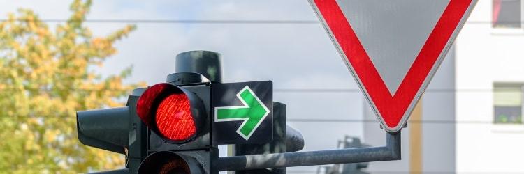 Rote Ampel – grüner Pfeil: Nach rechts abzubiegen ist hier erlaubt.