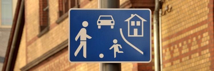 Das Verkehrszeichen Nr. 325 zeigt spielende Kinder. Das Schild ist auch als Spielstraßenschild bekannt.