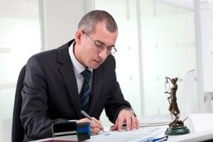 Ein Verkehrsanwalt kennt sich im Verkehrsrecht aus und kann z. B. in Sachen Bußgeldbescheid beraten.
