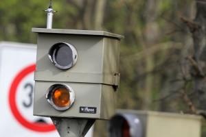Blitzer: Wer eine rote Ampel ignoriert und über die Kreuzung fährt, wird in der Regel sogar zweimal geblitzt.