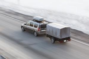 Die erlaubte Höchstgeschwindigkeit für Pkw mit Anhänger beträgt 80 km/h (außerorts).