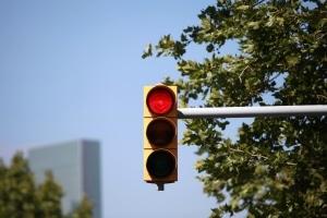 Rote Ampel überfahren und geblitzt: Die Sanktionen richten sich nach der Dauer der Rotphase.