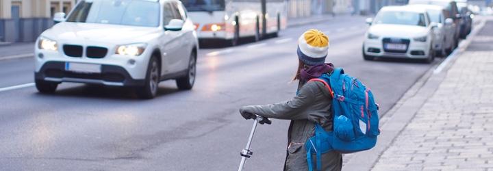 Mit dem E-Scooter am Straßenverkehr teilzunehmen, ist nicht ganz ungefährlich. Die Risiken werden leicht unterschätzt.