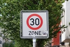 Toleranzabzug in der 30er-Zone: Bei einer Geschwindigkeit von unter 100 km/h werden 3 km/h abgezogen.