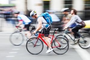 Auch Radfahrer müssen einen ausreichenden Seitenabstand beim Überholen einhalten.