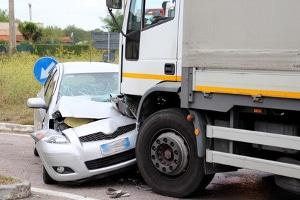 Vorfahrt missachtet und einen Unfall verursacht: Das kann 120 Euro Bußgeld kosten.