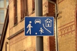 Vorfahrt an der Spielstraße: Wer aus einer verkehrsberuhigten Zone ausfährt, muss Vorfahrt beachten.