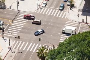Rote Ampel: Haltelinie überfahren und geblitzt worden - das ist kein Rotlichtverstoß, solange der Fahrer nicht in den geschützten Bereich einfährt.