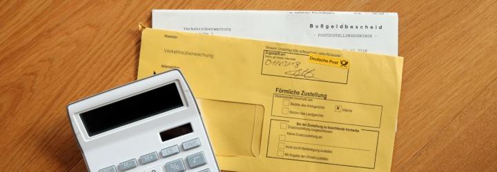 Der Tatbestandskatalog fasst in StVO, StVZO, StVG & Co. enthaltene Verstöße zusammen. Welche TBNR dem Handy am Steuer, einer Geschwindigkeitsüberschreitung oder anderen Zuwiderhandlungen zugeordnet ist, erfahren Sie im Folgenden.