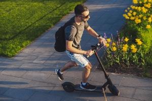 Die E-Scooter, die bauartbedingt 25 km/h schaffen, sind im Straßenverkehr nicht erlaubt.