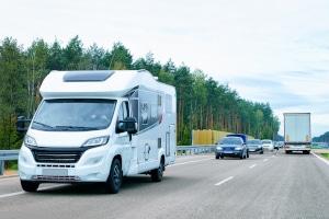 Mit dem Wohnmobil auf die Autobahn: Die Geschwindigkeit ist nicht für alle gleichermaßen beschränkt.