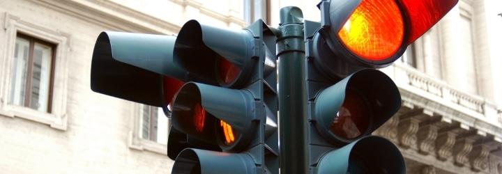 Allzu oft ignorieren Fußgänger eine rote Ampel: Welches Bußgeld droht hier?